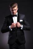 Biznesowy mężczyzna pozuje na czerni z rękami na kurtce Zdjęcie Stock