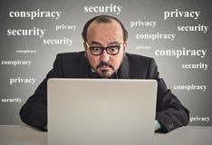 Biznesowy mężczyzna pracuje na komputerowym prywatności pojęciu obraz royalty free