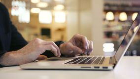 Biznesowy mężczyzna pracuje nad komputerowego biura palców pisać na maszynie ręką na laptop klawiaturze