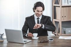 Biznesowy mężczyzna pracuje w biurowym akcydensowym pojęciu Obraz Stock
