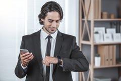 Biznesowy mężczyzna pracuje w biurowym akcydensowym pojęciu Fotografia Stock