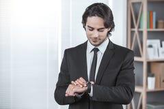 Biznesowy mężczyzna pracuje w biurowym akcydensowym pojęciu Zdjęcie Royalty Free