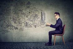 Biznesowy mężczyzna pracuje w online ogólnospołecznym medialnym biznesie w wirtualnym biurze Zdjęcia Stock