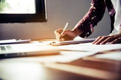 Biznesowy mężczyzna pracuje z dokumentem pieniężnym w otwartej przestrzeni offic obrazy royalty free
