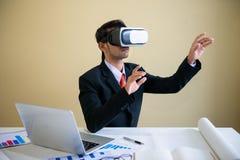 Biznesowy mężczyzna pracuje z laptopem i używa rzeczywistość wirtualna szkła fotografia royalty free