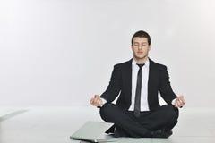 Biznesowy mężczyzna praktyka joga przy sieci serweru pokojem Obrazy Stock
