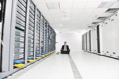 Biznesowy mężczyzna praktyka joga przy sieci serweru pokojem
