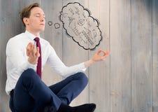 Biznesowy mężczyzna przeciw popielatemu drewnianemu panelowi z myśli obłoczną pokazuje matematyką doodles royalty ilustracja