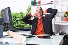 Biznesowy mężczyzna przy jego biurka relaksować Obraz Stock