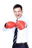 Biznesowy mężczyzna przygotowywający walczyć z bokserskimi rękawiczkami Obrazy Stock