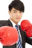 Biznesowy mężczyzna przygotowywający walczyć z bokserskimi rękawiczkami Zdjęcie Stock