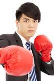 Biznesowy mężczyzna przygotowywający walczyć z bokserskimi rękawiczkami Zdjęcie Royalty Free