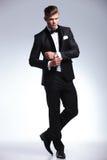 Biznesowy mężczyzna przystosowywa jego cufflinks Zdjęcie Stock