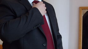 Biznesowy mężczyzna przystosowywa jego kostium i innych mężczyzna ` s akcesoria zdjęcie wideo