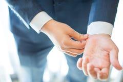 Biznesowy mężczyzna przystosowywa jego rękaw obraz royalty free