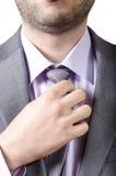 Biznesowy mężczyzna przystosowywa jego szyja krawat zdjęcia royalty free