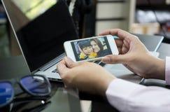 Biznesowy mężczyzna robi wideo wezwaniu zdjęcie stock