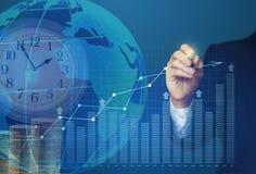 Biznesowy mężczyzna rysuje zysk wzrostową mapę Zdjęcie Royalty Free