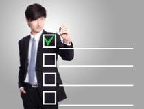 Biznesowy mężczyzna sprawdza na listy kontrolnej pudełku zdjęcie stock