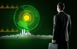 Biznesowy mężczyzna stoi blisko wirtualnego ekranu z miastem fotografia royalty free