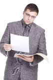biznesowy mężczyzna tapetuje czytanie Obrazy Royalty Free