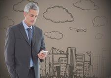 Biznesowy mężczyzna texting przeciw brown tłu z miasta doodle Zdjęcia Stock