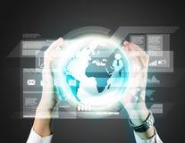 Biznesowy mężczyzna trzyma cyfrowy wirtualnego Zdjęcie Royalty Free