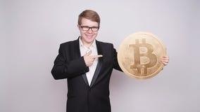Biznesowy mężczyzna trzyma dużego bitcoin w jego ręki Cryptocurrency, ludzie, technologia, pieniądze i przyszłości pojęcie, zbiory wideo