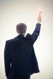 Biznesowy mężczyzna trzyma filiżankę obraz royalty free