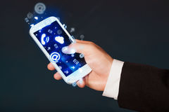 Biznesowy mężczyzna trzyma mądrze telefon z medialnymi ikonami Zdjęcie Royalty Free
