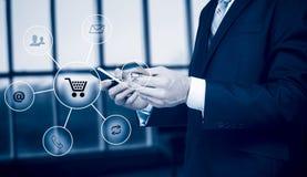 Biznesowy mężczyzna trzyma mądrze telefonu omnichannel ikony przepływ Online bankowości sieci komunikacyjnej technologii cyfrowej Zdjęcia Stock