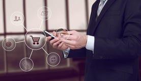 Biznesowy mężczyzna trzyma mądrze telefonu omnichannel ikony przepływ Online bankowości sieci komunikacyjnej technologii cyfrowej Obrazy Royalty Free