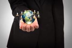 Biznesowy mężczyzna trzyma małego świat w jego ręki Fotografia Royalty Free