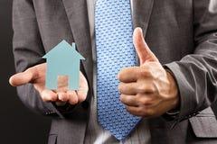 Biznesowy mężczyzna trzyma modela dom w jego ręce Zdjęcie Stock