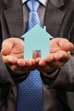 Biznesowy mężczyzna trzyma modela dom w jego ręki Zdjęcie Royalty Free