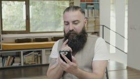 Biznesowy mężczyzna używa jego mądrze telefon przy biurowym zatwierdza i robi zadowalającym gestem z jego ręki - zbiory wideo