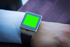 Biznesowy mężczyzna używa jego smartwatch app, nowej technologii pojęcie Zdjęcie Stock