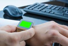 Biznesowy mężczyzna używa jego smartwatch app z chroma klucza zieleni ekranem, nowej technologii pojęcie Zdjęcie Royalty Free