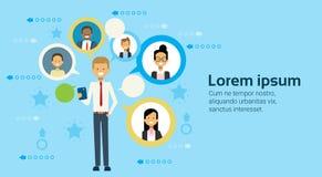 Biznesowy mężczyzna Używa komórka Mądrze telefon Komunikuje Z biznesmena networking pojęciem royalty ilustracja