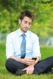 Biznesowy mężczyzna używa mądrze telefon Obrazy Royalty Free
