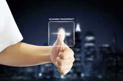 Biznesowy mężczyzna używa odcisku palca przeszukiwacz z linii horyzontu tłem Zdjęcia Stock
