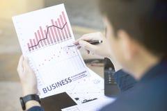 Biznesowy mężczyzna używa pastylkę dla analitycznego pieniężnego wykresu roku 2017 trendu prognozowania planuje plenerowego miejs obraz stock