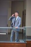 Biznesowy mężczyzna używa telefon Obraz Royalty Free