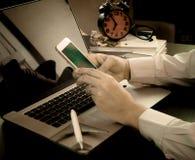 Biznesowy mężczyzna używa telefon kierować jego podróż służbową fotografia royalty free