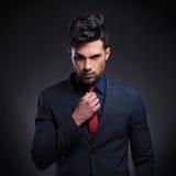 Biznesowy mężczyzna układa jego krawat obraz stock
