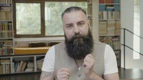 Biznesowy mężczyzna w biurowym odświętność sukcesie wolno tanczyć śmieszny - zbiory wideo