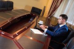 Biznesowy mężczyzna w biurze z laptopem Zdjęcia Stock