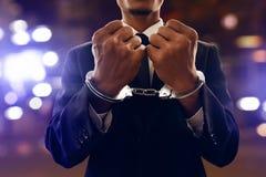 Biznesowy mężczyzna w kajdankach przy nocą zdjęcia royalty free