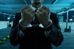 Biznesowy mężczyzna w kajdankach przy nocą zdjęcia stock