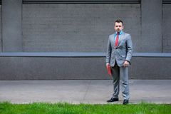 Biznesowy mężczyzna w kostiumu z pastylką przy ulicą obrazy royalty free
